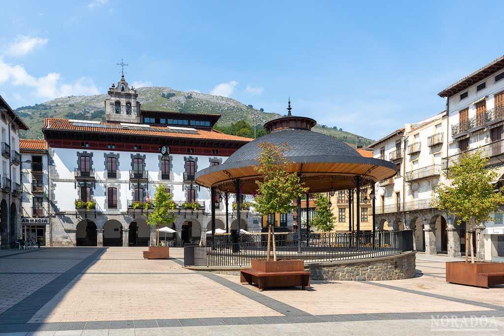 Plaza Nagusia de Azpeitia con el Ayuntamiento de fondo
