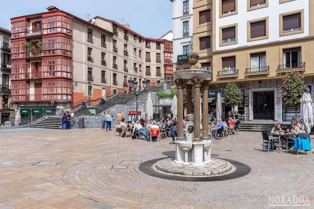 La plaza Unamuno está situada en pleno centro del Casco Viejo de Bilbao