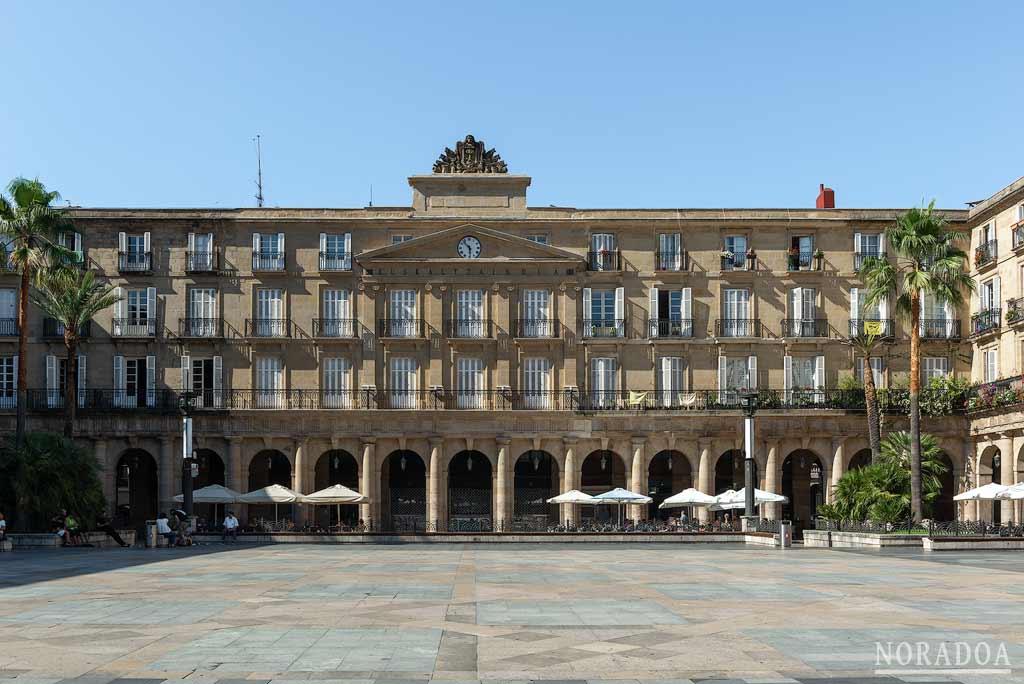 Estilo neoclásico de la plaza Nueva de Bilbao