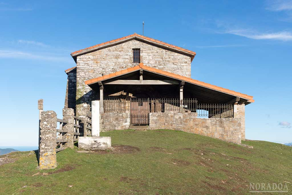 La ermita de San Sebastián y San Roque está situada en la cima del monte Kolitza