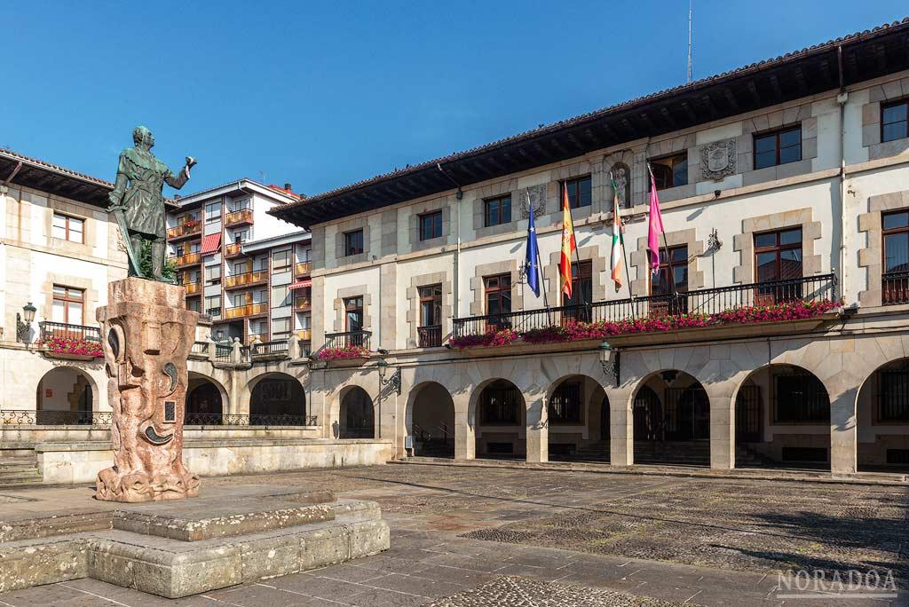 Plaza de los Fueros con el monumento al Conde don Tello en el centro