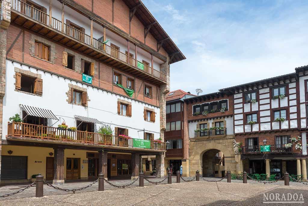 Pese a ser del siglo XX, la plaza de Gipuzkoa conserva un cierto ambiente medieval