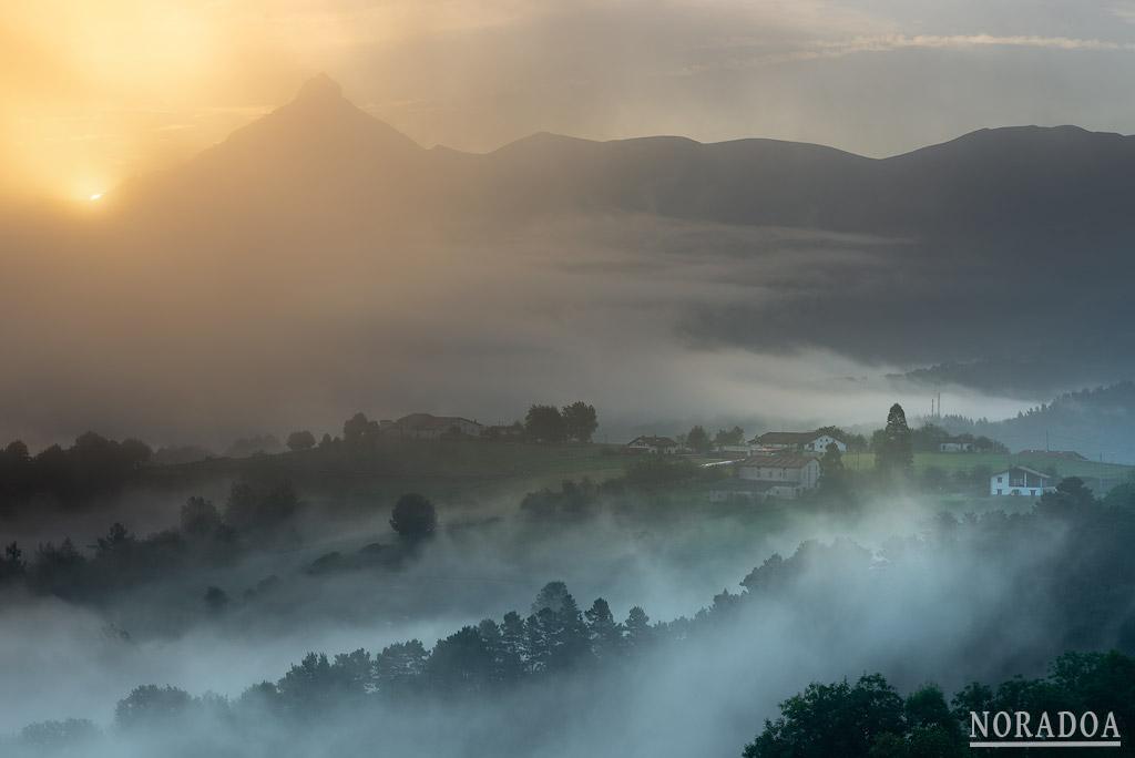 Monte Txindoki al amanecer visto desde Lazkaomendi