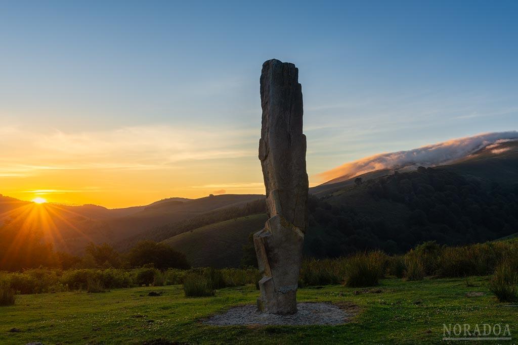 El menhir de Arlobi está situado dentro del parque natural del Gorbea