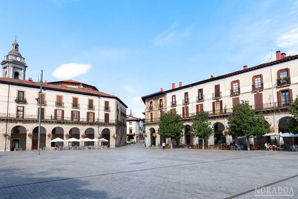El Ayuntamiento y la torre-palacio de Lazarraga son los edificios más importantes de la plaza de los Fueros