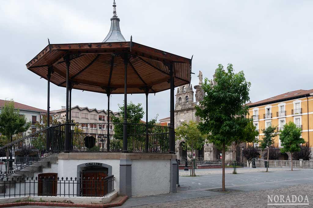 La iglesia de la Sagrada Familia, la Casa Consistorial y al antigua Aduana forman parte de la plaza de los Fueros
