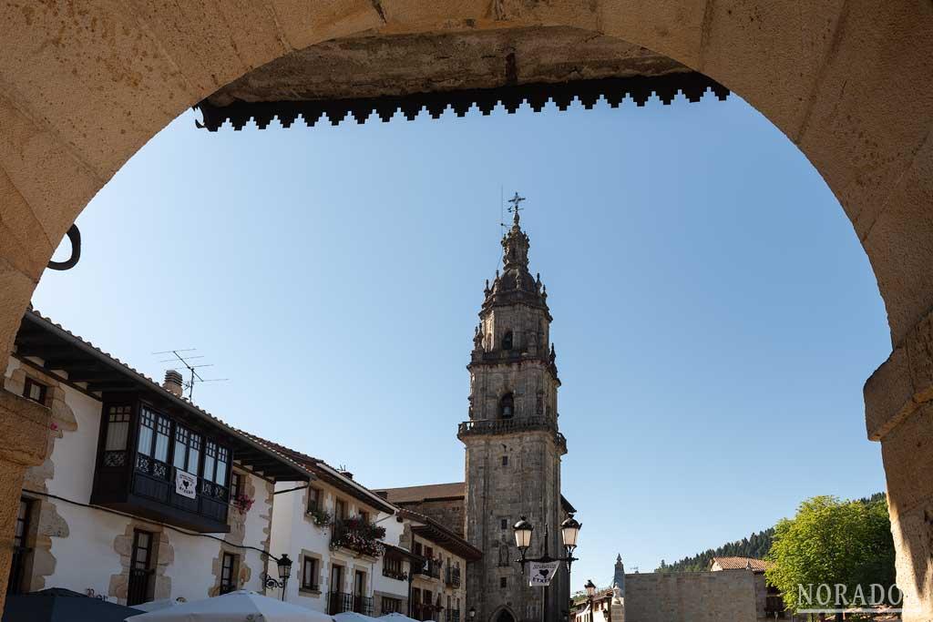 El Ayuntamiento, la iglesia de Santa Marina, el frontón y la bolera forman parte de la plaza Nagusia