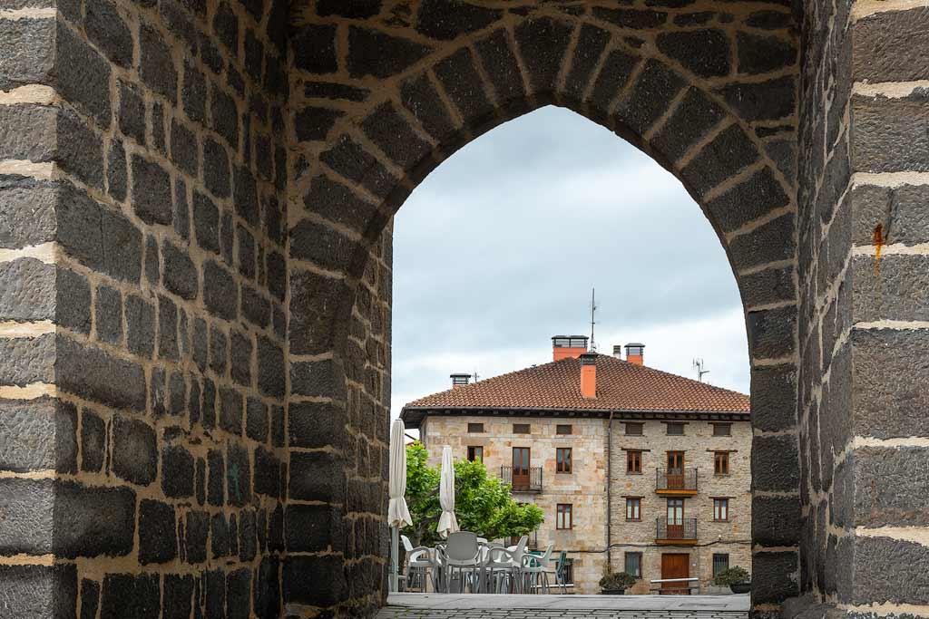 Puerta gótica (arco del Cristo) de Legutio