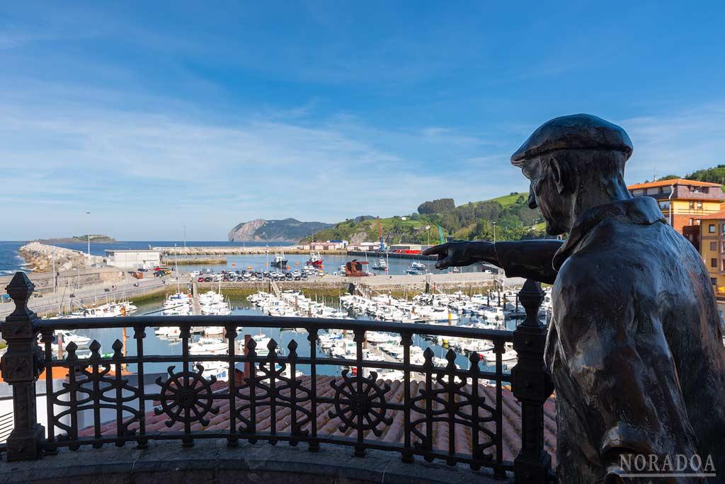 Monumento a los pescadores y sus familias, frente al puerto