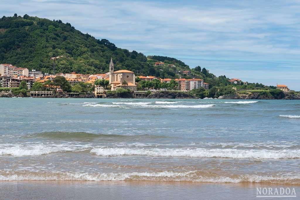 Mundaka visto desde la playa de Laida.