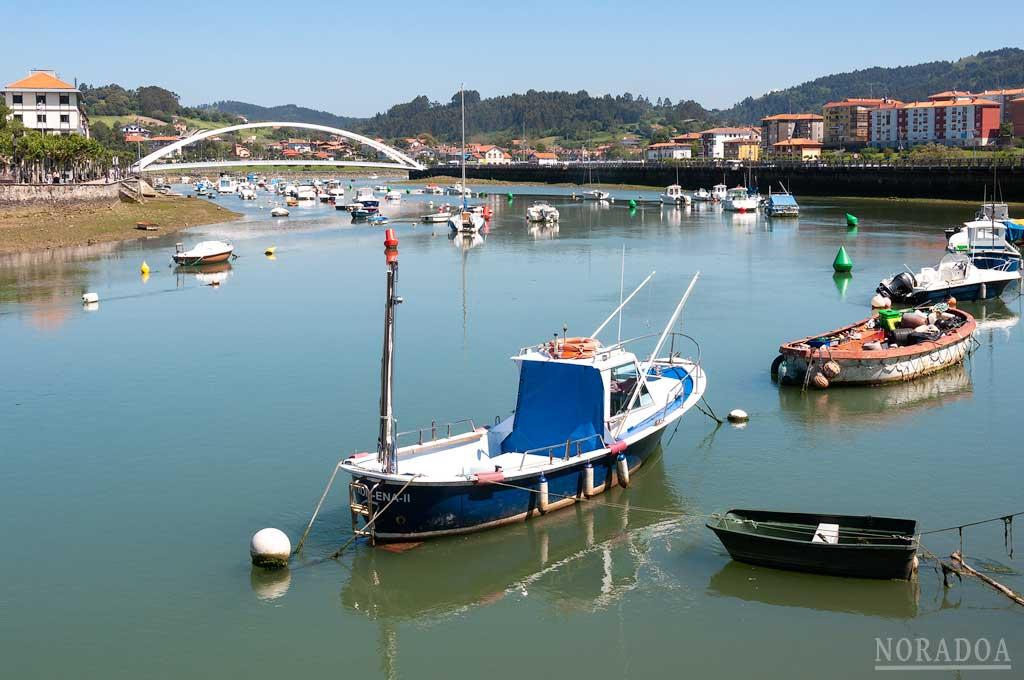Pequeñas embarcaciones en la ría de Plentzia