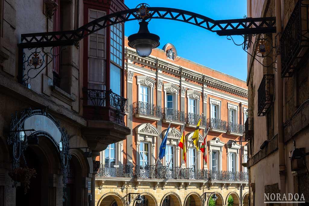 Ayuntamiento de Portugalete visto desde la calle Santa María