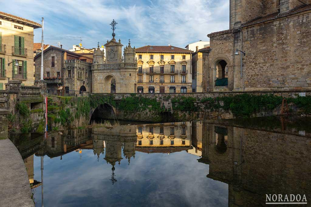 Arco de Santa Ana reflejado en el río Mañaria