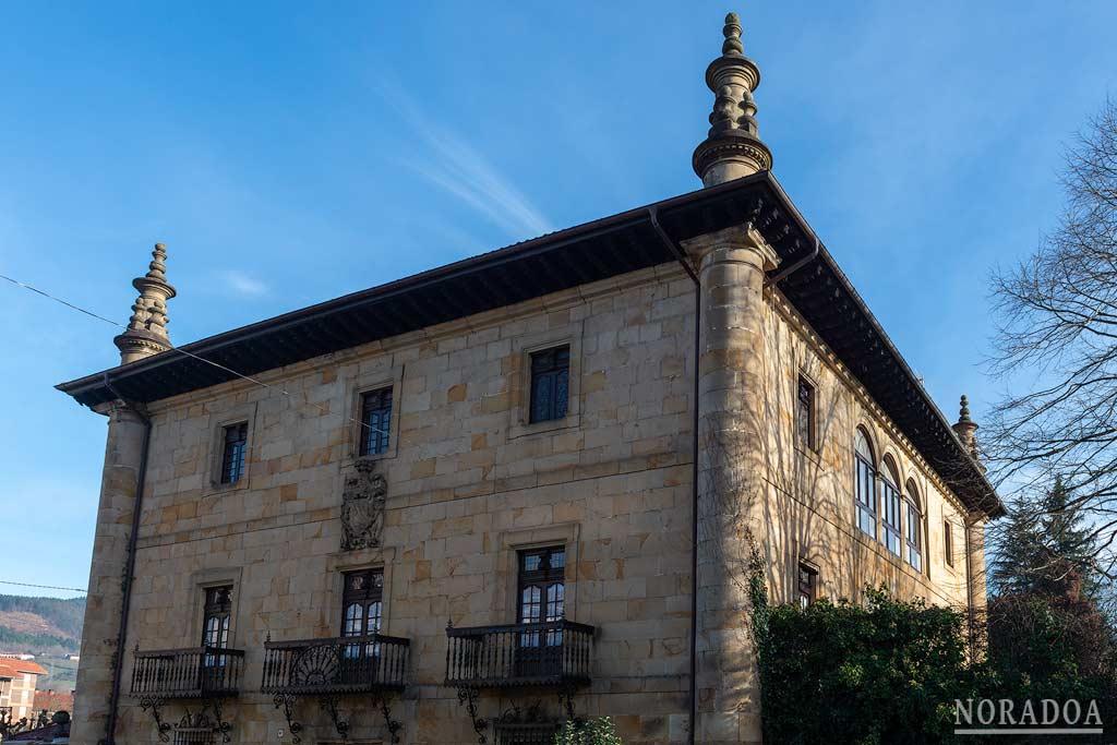 """Palacio de Tola, uno de los muchos edificios blasonados de """"La Villa de los Escudos"""""""