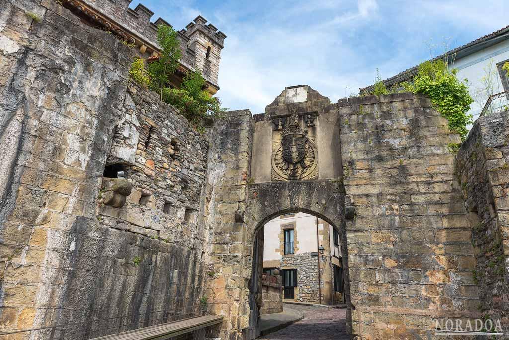 La Puerta de Santa María es la principal entrada al recinto amurallado de Hondarribia