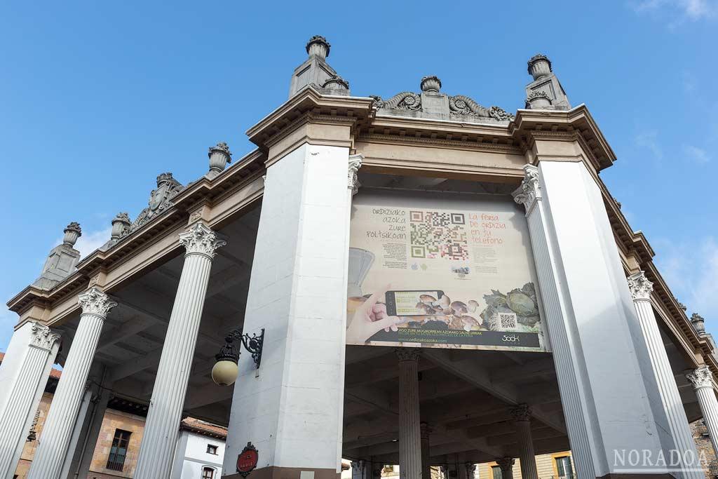 El mercado de Ordizia es un edificio abierto con columnas de estilo clásico  que terminan en capiteles corintios