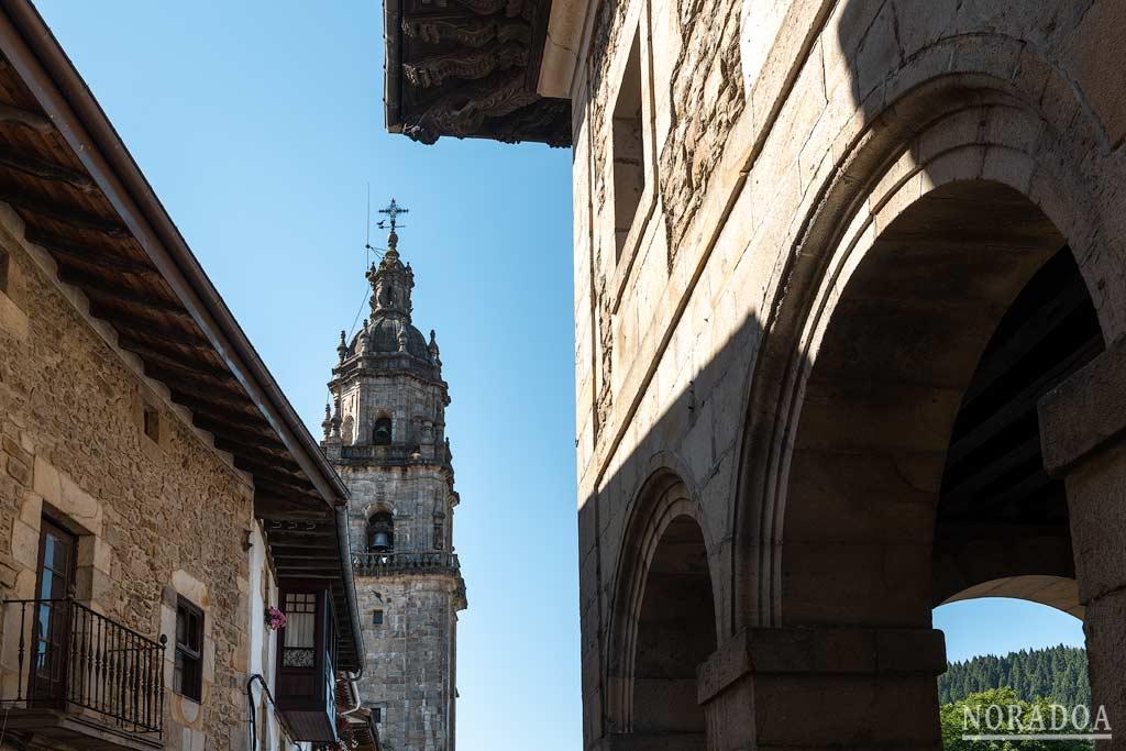 Ayuntamiento e iglesia de Santa Marina en la plaza Nagusia de Otxandio