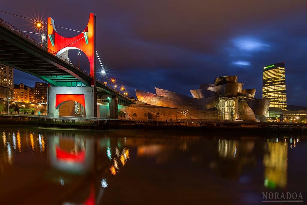 El nuevo Bilbao reflejado en la ría del Nervión