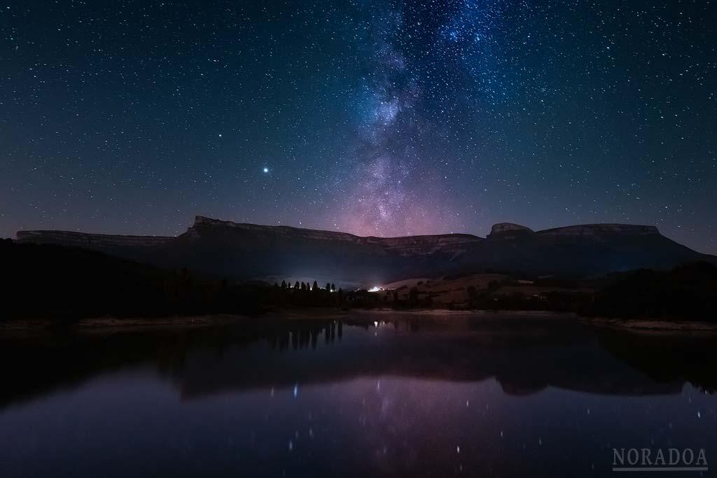 Vía Láctea sobre el embalse de Maroño