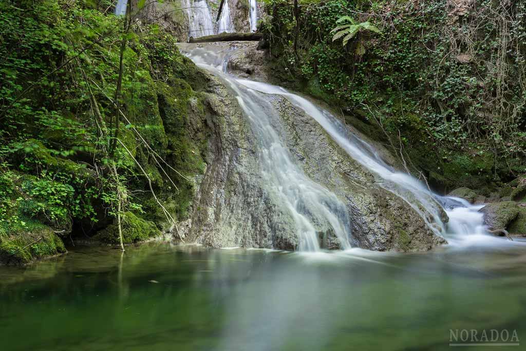 Cascadas del río Corraladas en Beluntza, cuadrilla de Gorbeialdea.