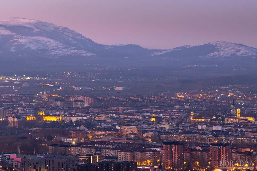 Vitoria-Gasteiz al anochecer vista desde el monte Olárizu