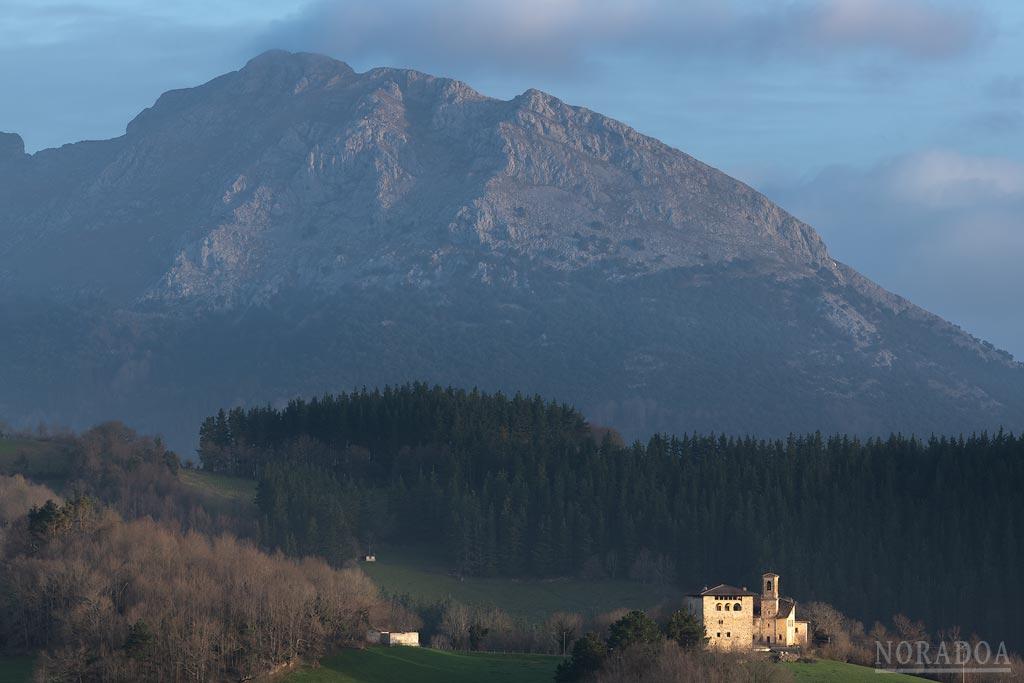 Torre e iglesia de Galartza con el monte Udalaitz de fondo