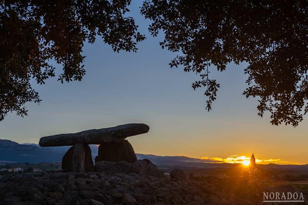 Amanecer desde el dolmen de la Chabola de la Hechicera en Elvillar