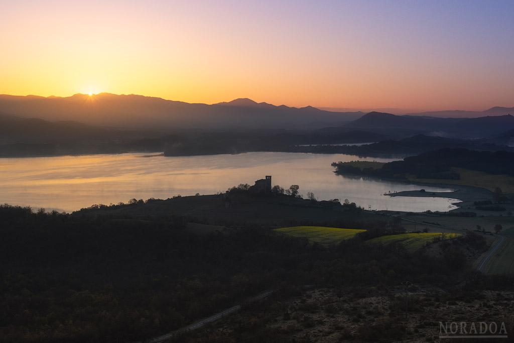 Vistas al amanecer desde el monte Santa Cruz con Nanclares de Gamboa en primer plano
