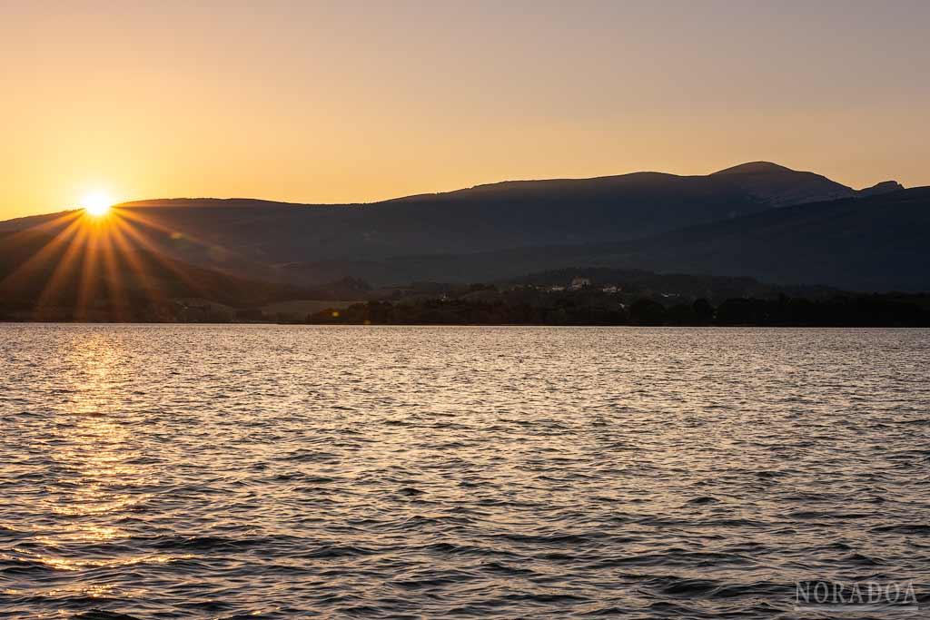 Embalse de Urrúnaga al atardecer con el monte Gorbea de fondo