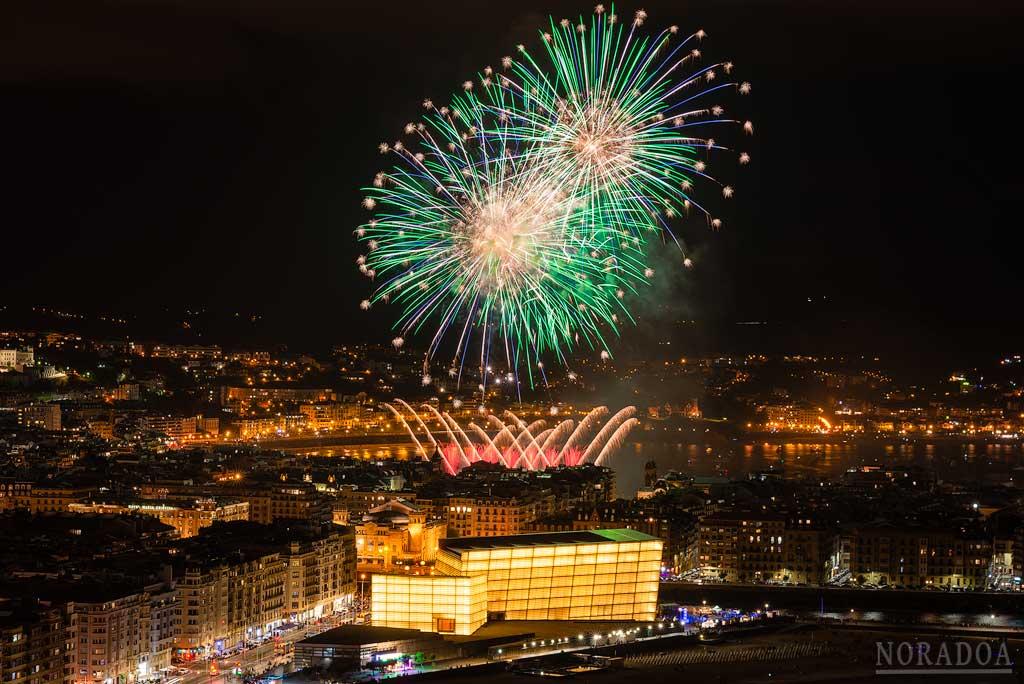Fuegos artificiales de la Semana Grande de San Sebastián vistos desde el monte Ulía