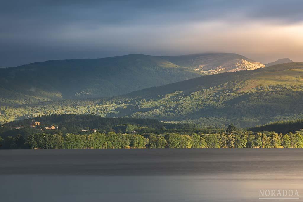 Embalse de Urrúnaga y parque natural del Gorbea visto desde Sorgimendi
