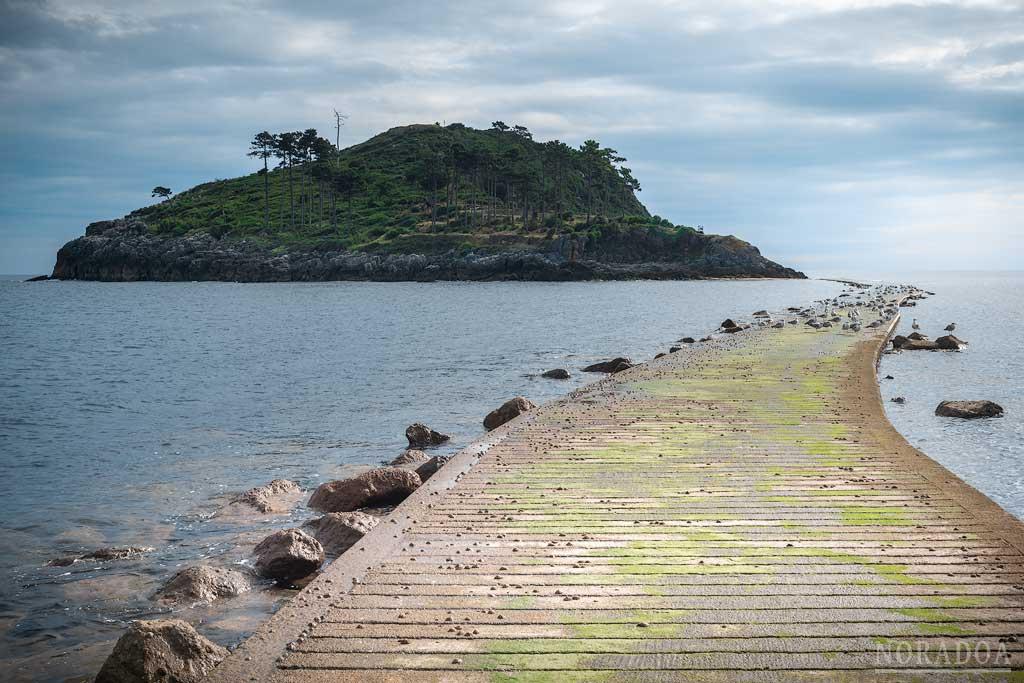 Camino a la isla de San Nicolás en Lekeitio