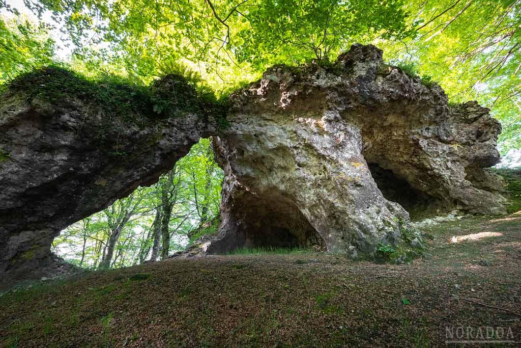 Peña del Arco en el parque natural de Izki