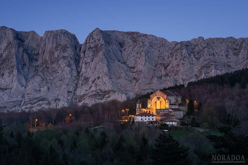 Santuario de Urkiola al anochecer