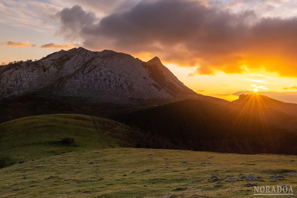 Anboto al amanecer visto desde Urkiolagirre/Urkiolamendi