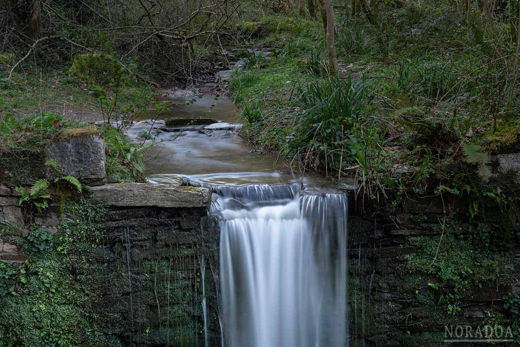 Pequeño salto de agua en el río Sastarrain, llegando a la cascada