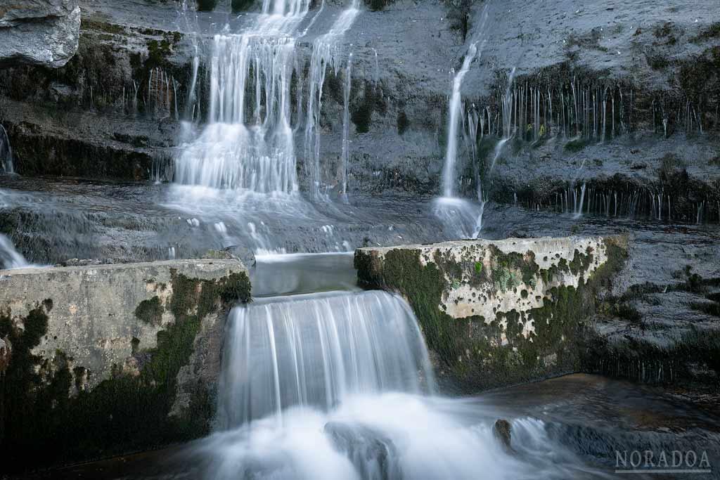 Presa artificial en la base de la cascada de Aldabide