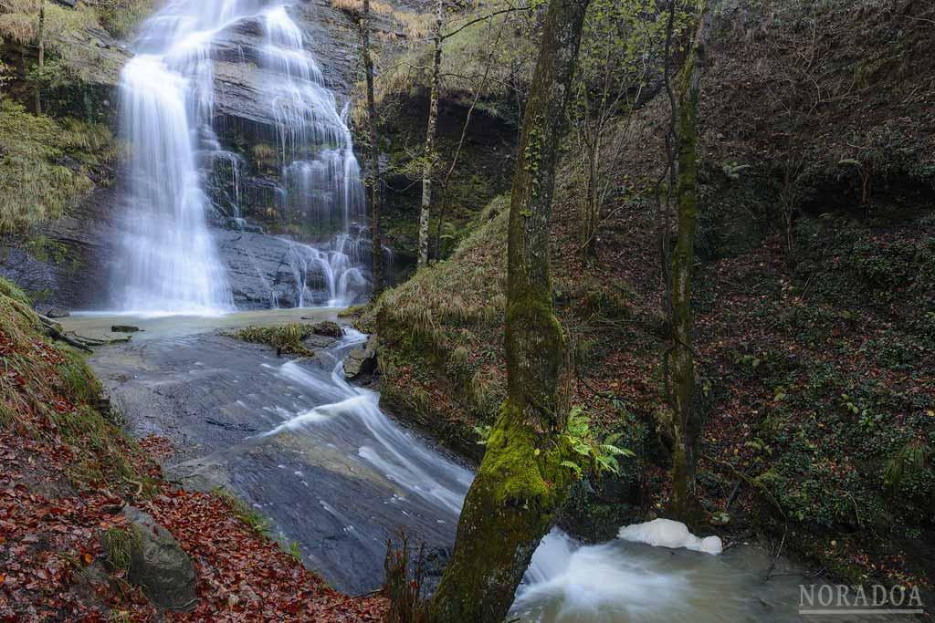 Uguna, la cascada del humedal de Saldropo en el parque natural de Gorbeia
