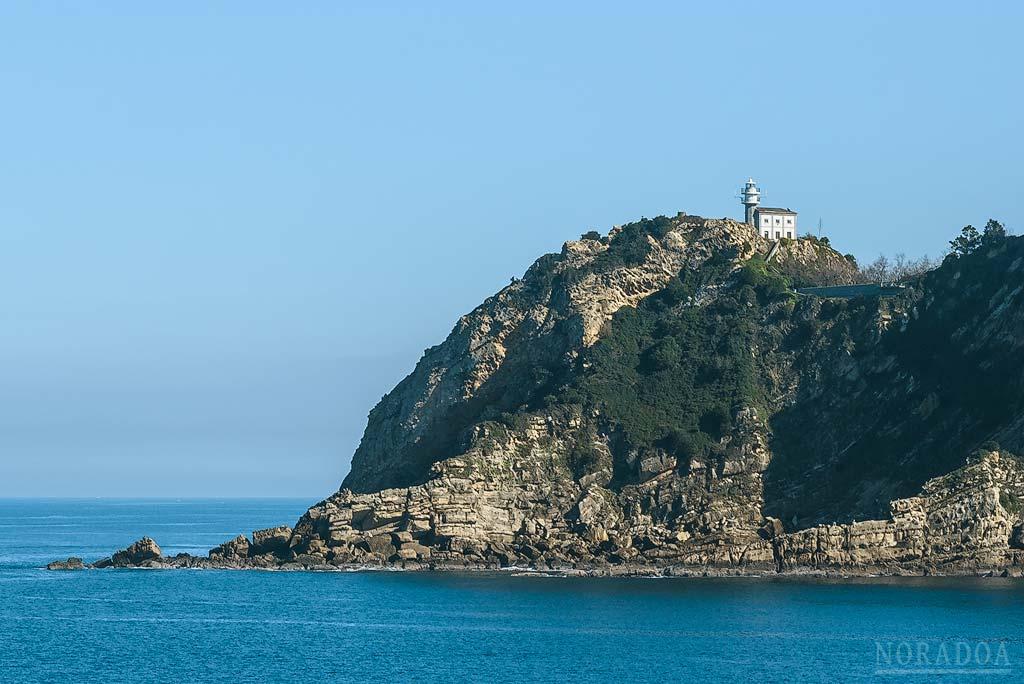 El Faro de Getaria está situado en la cima del monte San Antón