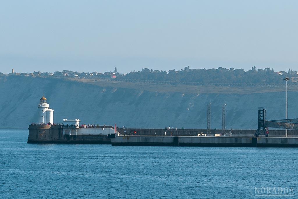 Faro del muelle de Arriluze visto desde Portugalete
