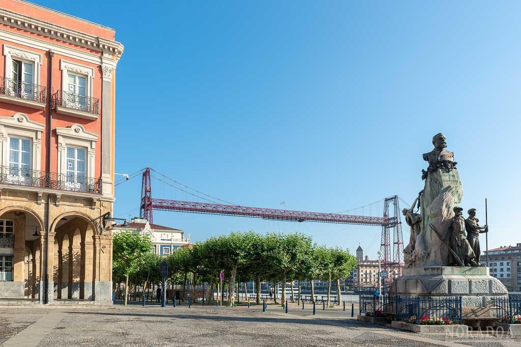 Plaza del Ayuntamiento con el Monumento a Víctor Chávarri