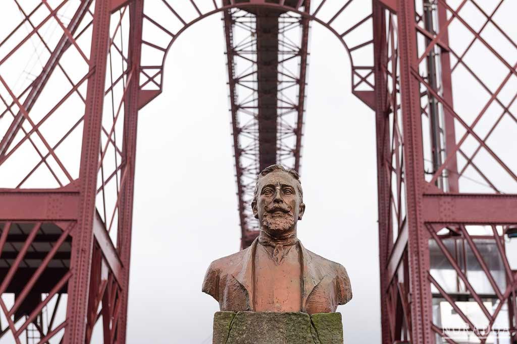 Estatua de Alberto de Palacio, ingeniero que diseñó el Puente Colgante