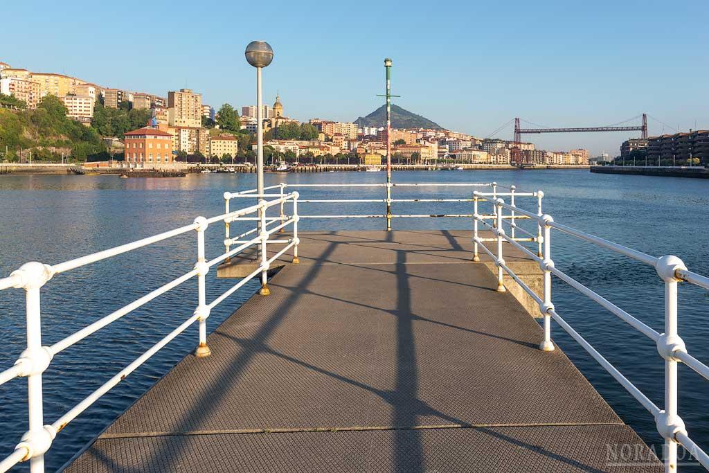 Muelle de la Benedicta con el Puente Colgante de Portugalete de fondo