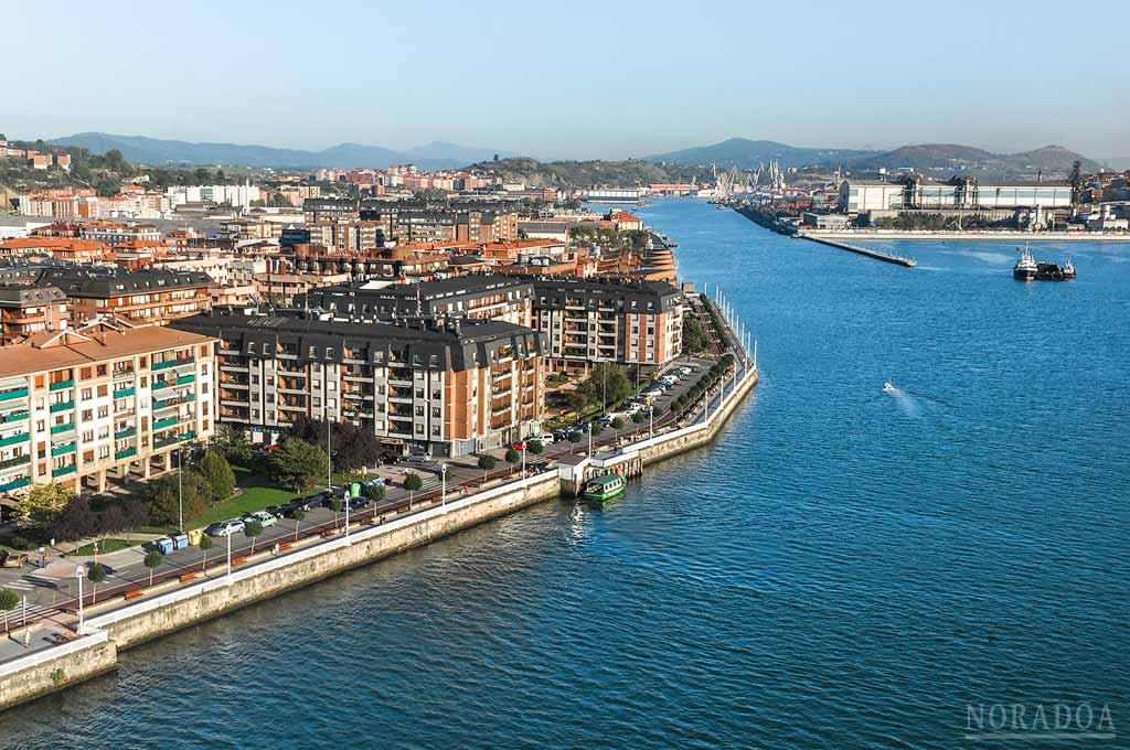 Vistas desde la pasarela peatonal del puente Colgante de Portugalete