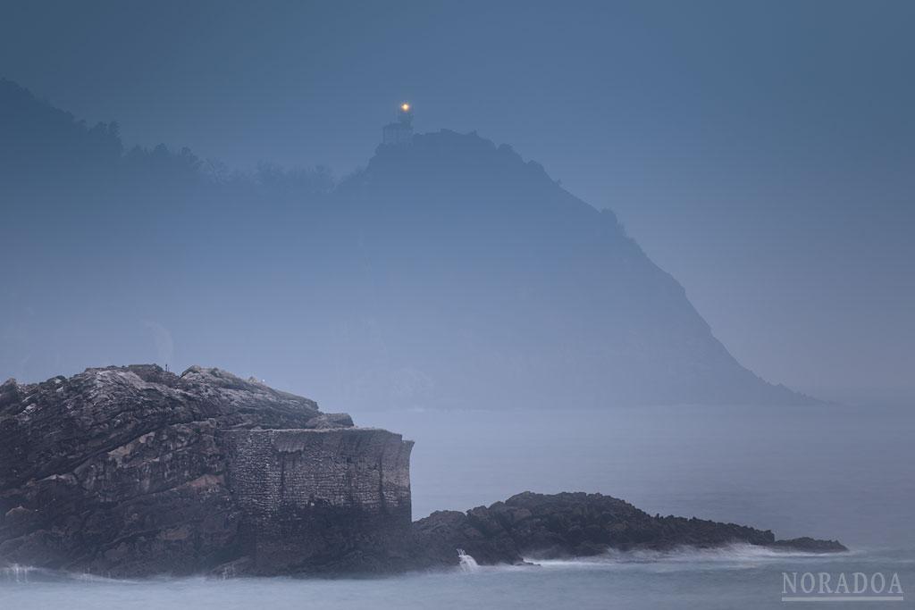 Faro de Getaria al amanecer visto desde el rompeolas de Orio