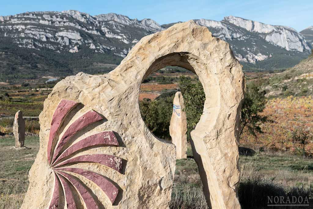 Esculturas dentro del cementerio ateo Ibaola Harriak