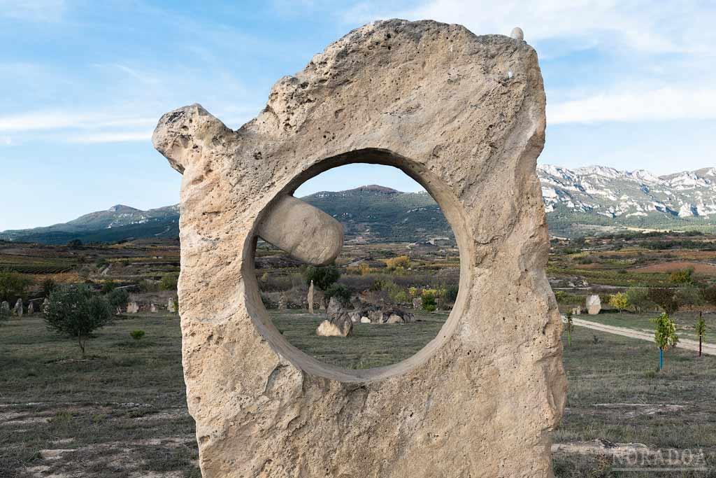 Escultura en Ibaola Harriak con la sierra de Cantabria de fondo
